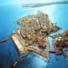 Siracusa ed i suoi monumenti ricca di monumenti e storia, è una delle più belle città del mediterraneo. Situata in una posizione invidiabile, come una terrazza sul mare si affaccia sulla sottostante costa rocciosa e sabbiosa del bellissimo mare...
